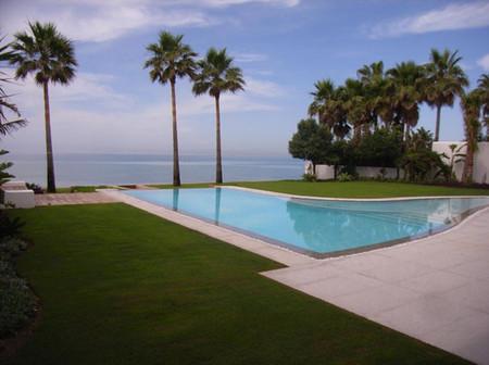 Villa de lujo de vistosa arquitectura de estilo moderno en Marbella