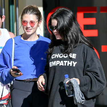La sudadera preferida de Selena Gomez tiene un mensaje positivo y vale menos de 20 euros
