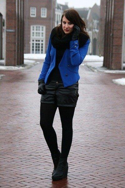 blazer azul y shorts