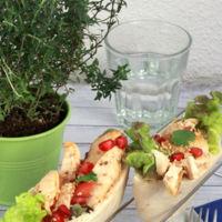 Barquetas de pollo con sésamo y granada en pan de pita. Receta