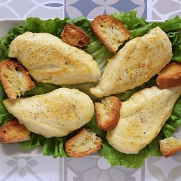 Pechuga de pollo picante al limón con pan crujiente. Receta fácil