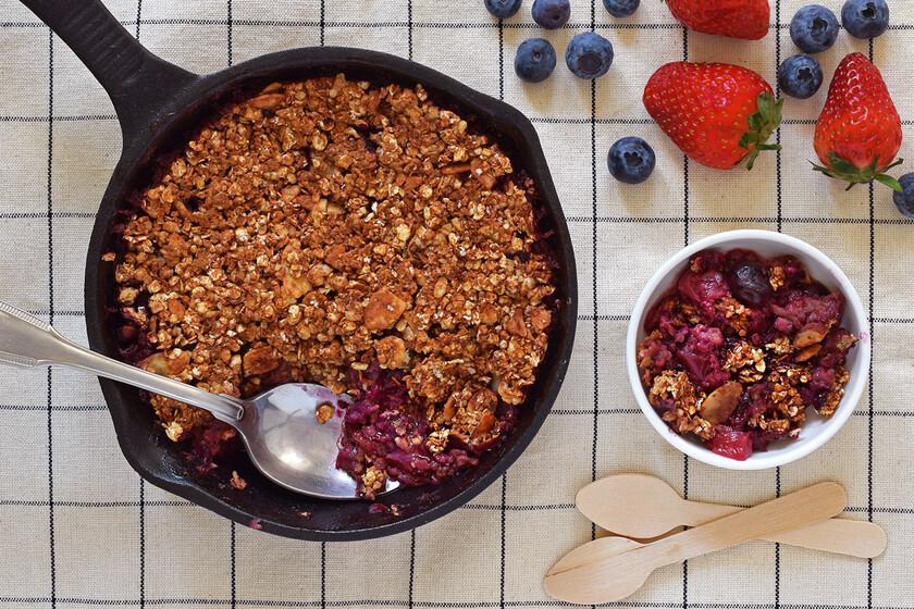 Crumble de fresas y arándanos con avena y almendras: receta saludable para un postre o desayuno fácil sin azúcares refinados