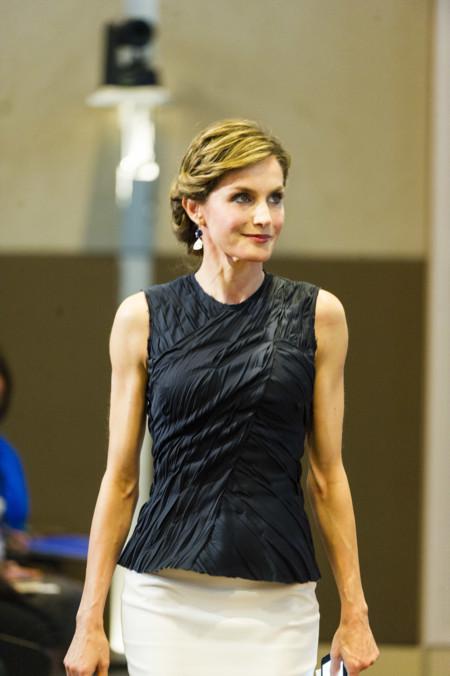 Doña Letizia no convence con su look en París. Nos gusta más con el vestido de flores de Zara