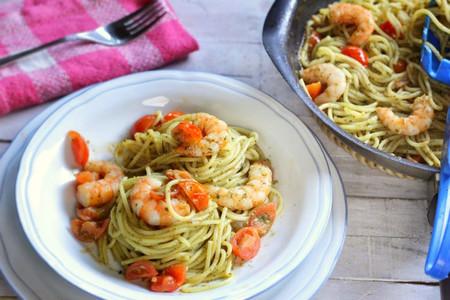 Spaghetti con pesto genovese, langostinos y tomates cherry