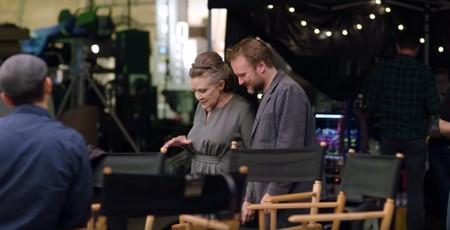 Carrie Fisher con Rian Johnson en el set del Episodio VIII
