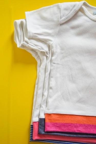 Una segunda vida para los bodies del bebé: convertirlos en camisetas