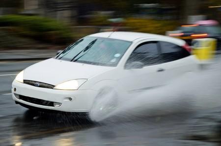 El acuaplaneo es común en temporada de lluvias: así debes actuar en caso de emergencia