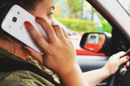 96.181 conductores denunciados en 2020 por usar el móvil conduciendo