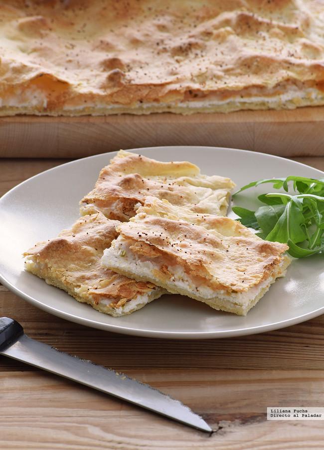 Focaccia crujiente de requesón y queso de cabra. Receta rápida sin levadura