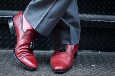 Una nota de color intenso en tus pies. ¿Te apuntas al calzado rojo? (I)