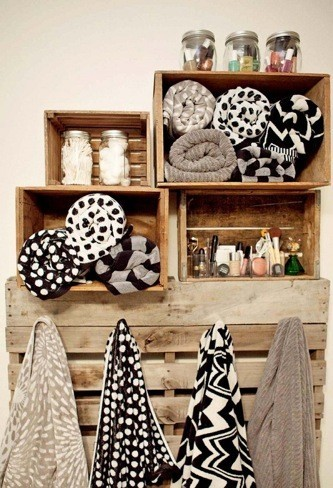 Hazlo tú mismo: toalleros con cajas y palés para el cuarto de baño