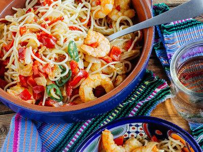 Espaguetis con langostinos a la mexicana. Receta mexicana fácil