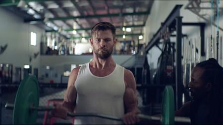 El circuito de entrenamiento de Chris Hemsworth para el que solo necesitas dos mancuernas