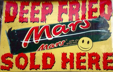 Cartel que anuncia la venta de chocolatinas Mars fritas