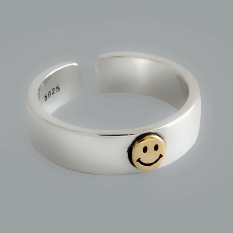 Plateado con el smile en dorado.