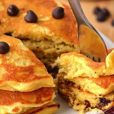 Hot cakes esponjosos con chispas de chocolate. Receta fácil