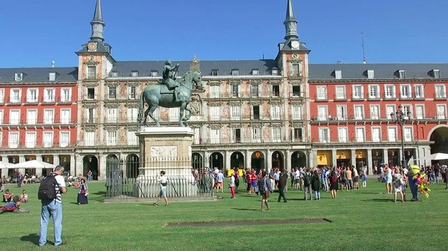 Plaza Mayor de Madrid con césped