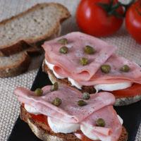Tostas de tomate y mozzarella con mortadela de Bolonia. Receta