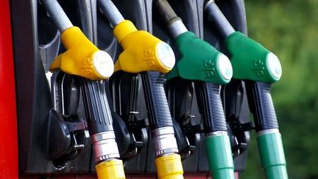 Así es el nuevo etiquetado por tipo de combustible, obligatorio en vehículos y gasolineras a partir de octubre