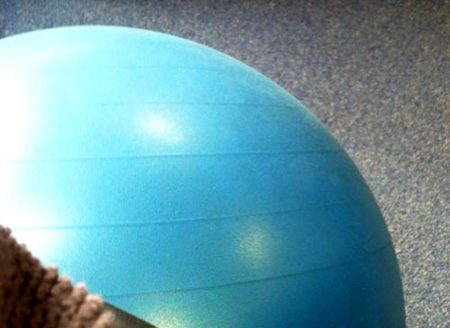 Patada de glúteos con fitball para aliviar tensiones lumbares