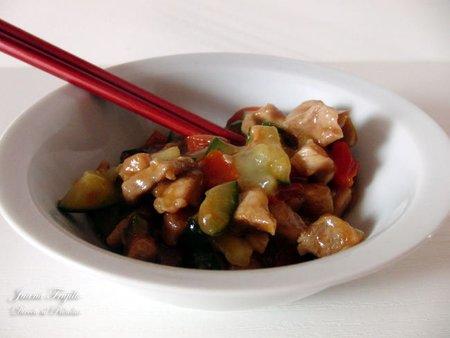 Salteado picante de pepino, pimiento y lomo. Receta
