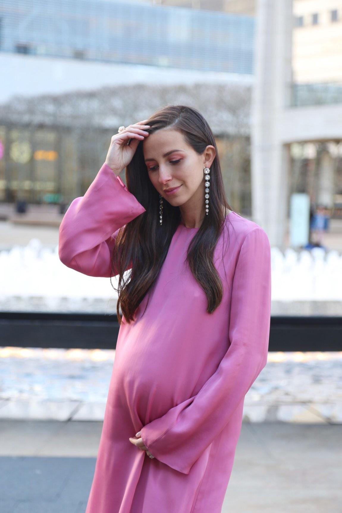 Qué vestido de fiesta lucir mientras estás embarazada (si eres de las que  odias la ropa pre-mamá) d4995e01948