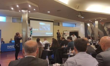 Adrián de QNAP presentando el evento