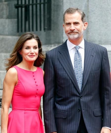 Doña Letizia acierta de pleno con un perfecto look en color rosa fucsia