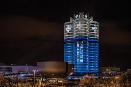 BMW celebra los 100.000 eléctricos vendidos en 2017 convirtiendo su sede en cuatro enormes pilas