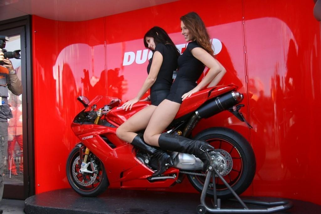 Foto de Las pit babes de Estoril en una Ducati 1098 (3/35)