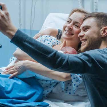 Si tu bebé acaba de nacer, disfruta de él y deja a un lado el móvil: la campaña de un hospital que nos invita a la reflexión