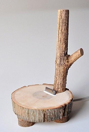 Un soporte para iPhone hecho con un tronco