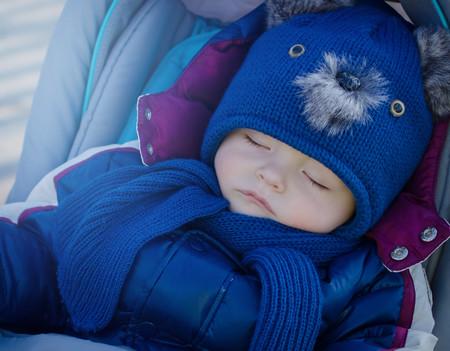 bebé-abrigado-durmiendo-la-siesta