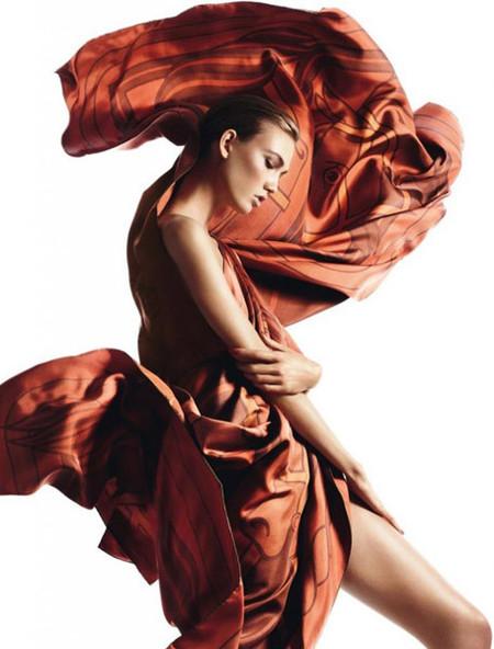 Karlie Kloss envuelta en seda y mecida por el viento para Hermès