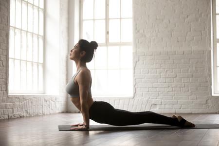 Las claves de la postura del perro boca arriba de Yoga