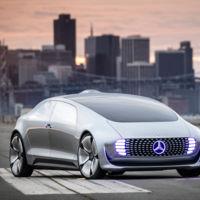 Dueños de Infiniti y Mercedes están más dispuestos a dejar que su auto se conduzca solo