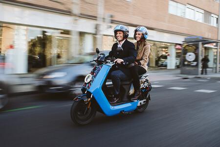 La letra pequeña del motosharing: cobros de 25 euros por identificar al conductor de una infracción y otras penalizaciones