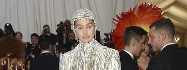 Gala MET 2019: el mono de Gigi Hadid y el vestido lleno de brazaletes de Bella Hadid tienen el plateado en común
