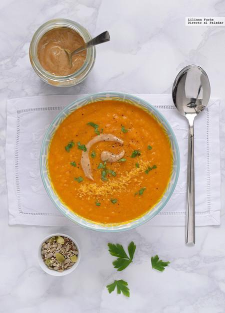Crema fría de zanahoria y manzana verde con mantequilla de cacahuete y coco. Receta refrescante