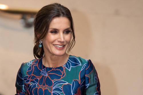 Doña Letizia estrena vestido de flores en su acto con el príncipe Carlos en Londres