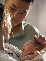 ¿Quien se levanta de la cama para calmar al bebé?
