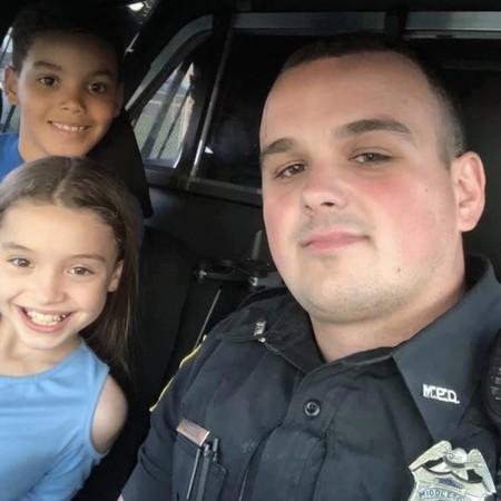 Un vídeo capta cómo un niño de ocho años rescata a su hermana del coche mientras lo estaban robando