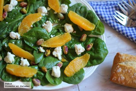 Ensalada griega de espinacas, queso de cabra, naranja y pistachos. Receta