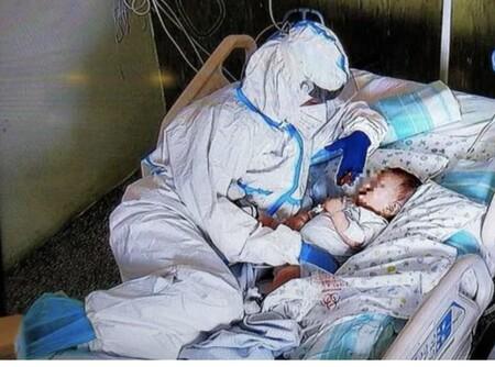 La conmovedora imagen de una enfermera abrazando a un bebé con Covid en la UCI para tranquilizarle antes de ser operado