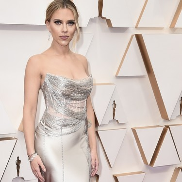 Scarlett Johansson se queda a medias y no consigue deslumbrar en la noche de los Oscar 2020
