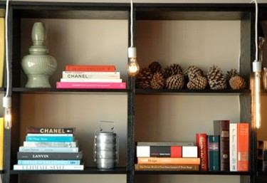 Una buena idea: bombillas colgantes para las estanterías