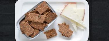 Crackers integrales con semillas, espelta y centeno: receta para el picoteo y acompañar quesos