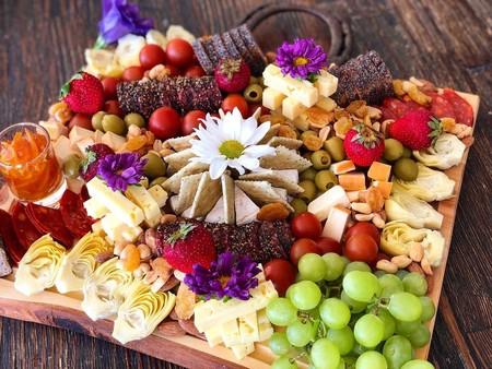Mesas de picoteo: apúntate a la forma más sencilla y elegante de presentar los alimentos en cualquier celebración