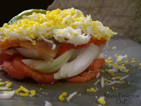 Ensalada de huevo con salmón marinado. Receta