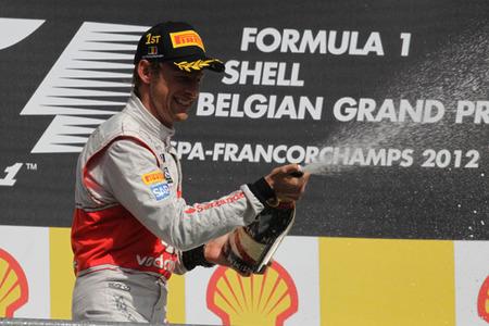 Jenson Button vence en Bélgica en una carrera marcada por un accidente en la salida
